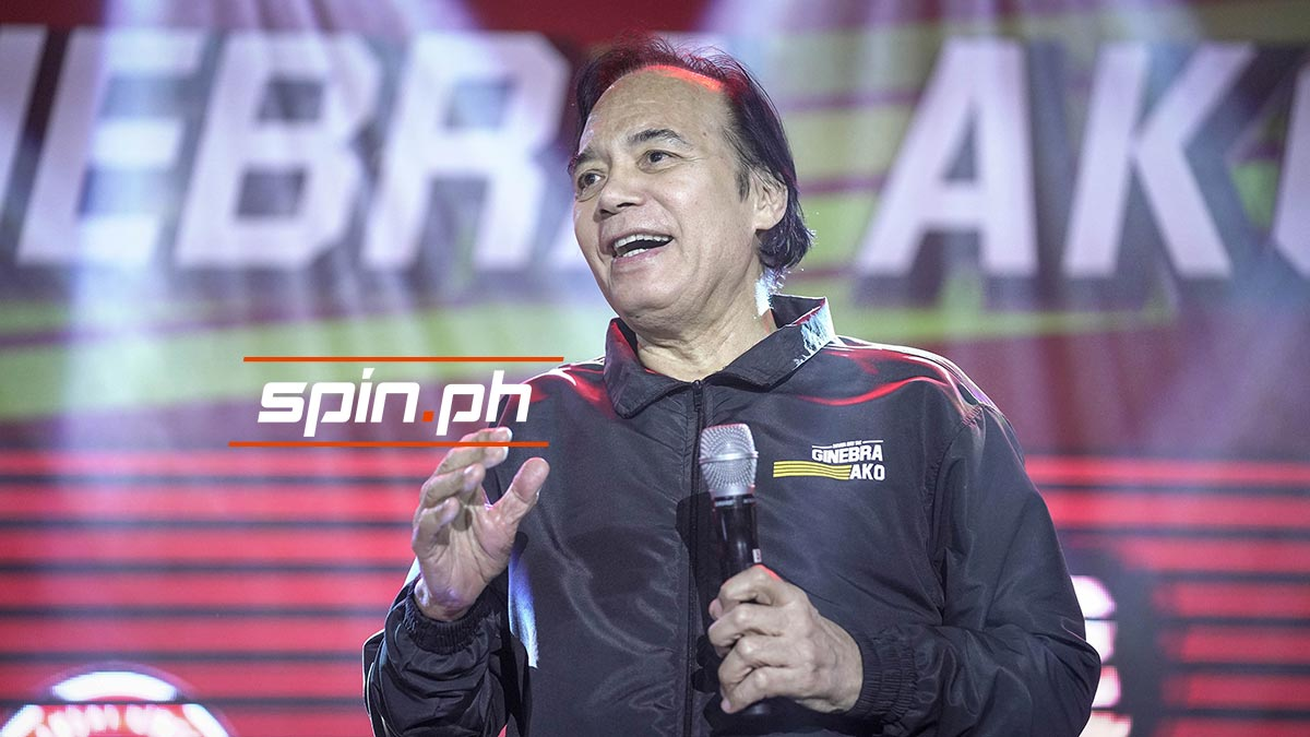 Ginebra 3x3 champs to receive trophy from Robert Jaworski