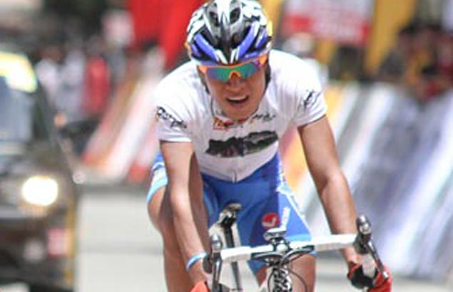 Irish Valenzuela rides with Warren Davadilla, Julius Bonzo for CCN team in Ronda Pilipinas