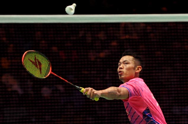 Lin Dan fights back from a game down to beat Emil Holst and reach badminton worlds third round