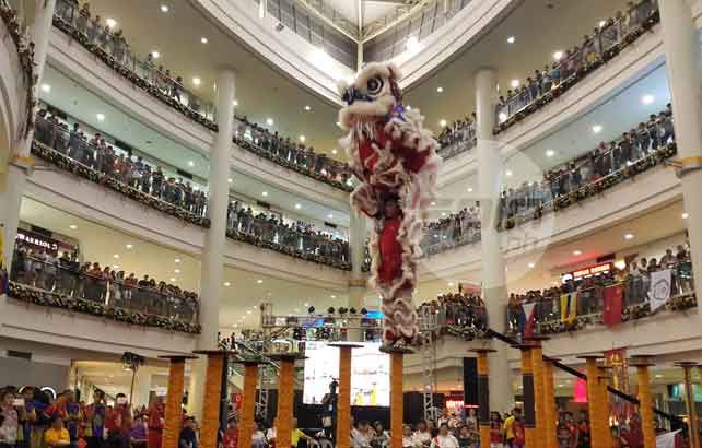 Malaysia stamps class in International High Pole Lion Dance Invitational Championship