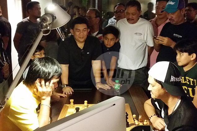 Filipino sports icons Manny Pacquiao, Bata Reyes square off - in a game of chess