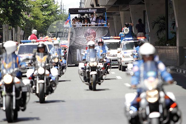 Manny Pacquiao is given a warm welcome upon his return to the Philippines with a motorcade in the streets of Manila. Jerome Ascano