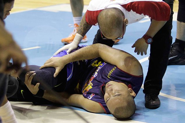 Newly signed Paul Lee fails to finish season debut for Rain or Shine after knee injury scare