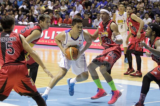 Ranidel De Ocampo reminds everybody that he can still sky with poster-pretty dunk