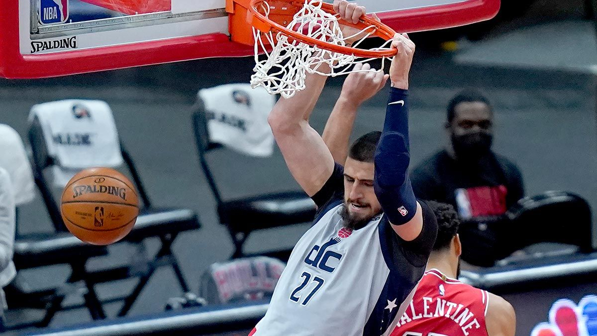 Alex Len makes a dunk