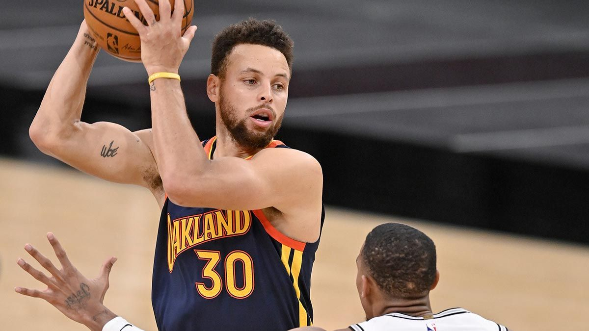 Stephen Curry running a play