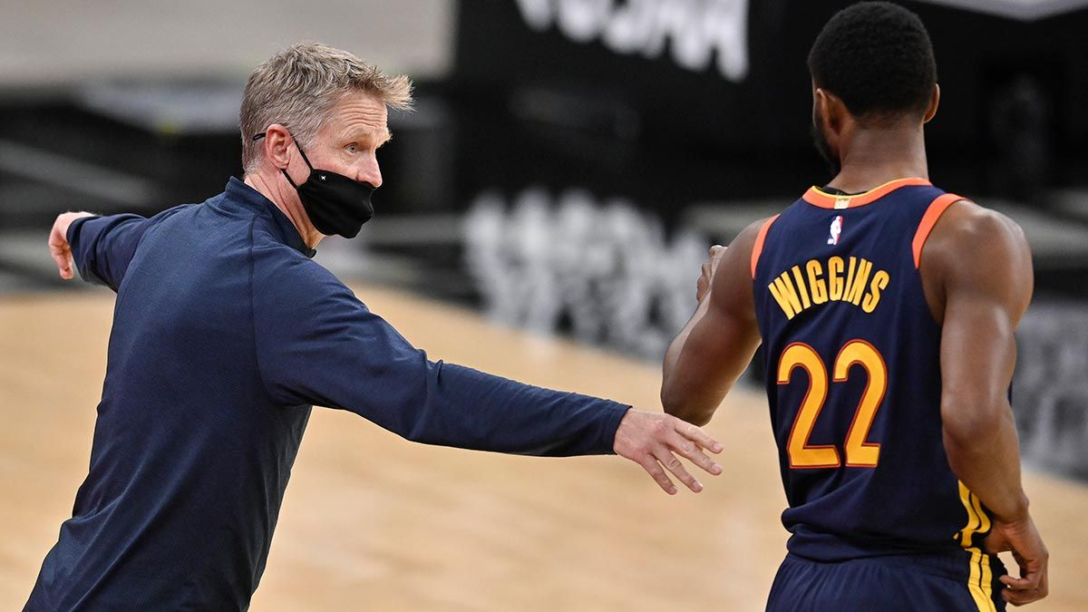 Steve Kerr relaying instructions to Andrew Wiggins