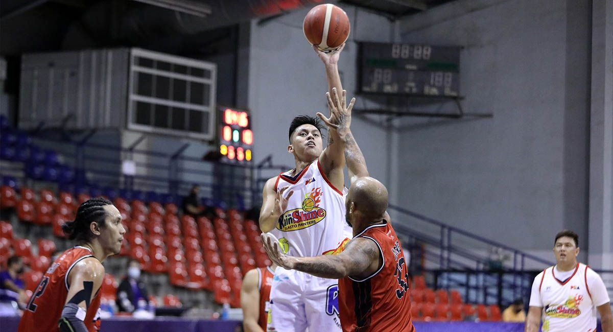 Rey Nambatac floater over Kelly Nabong