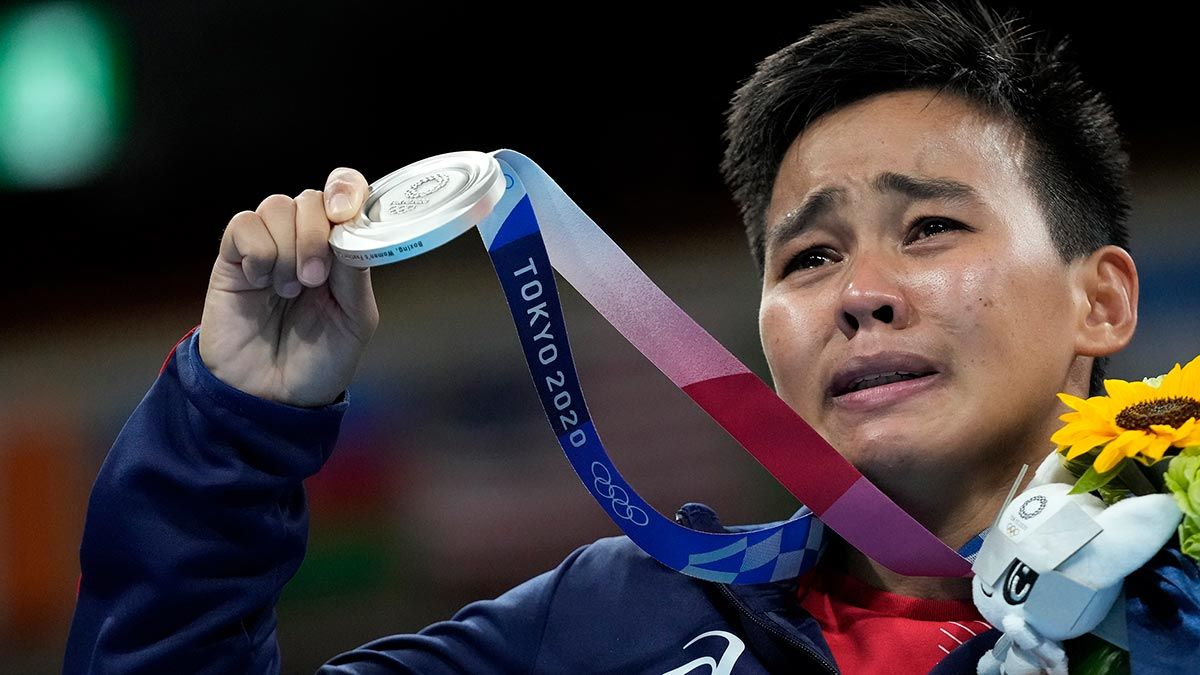 Nesthy Petecio crying while showing silver medal