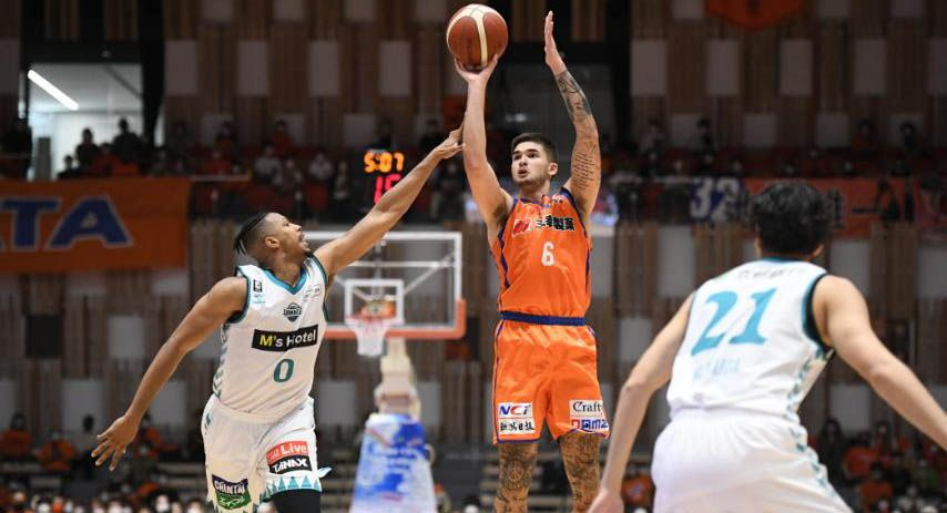 Kobe Paras in action for Niigata in the Japan B.League