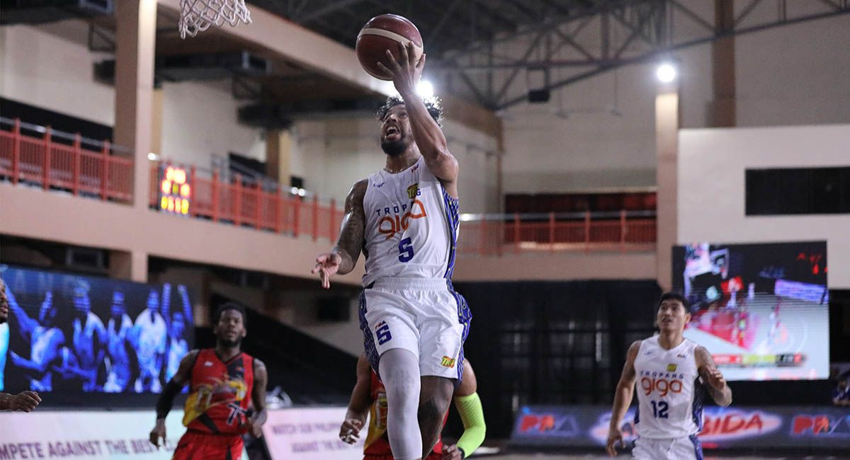 Mikey Williams finishes a fastbreak against San Miguel