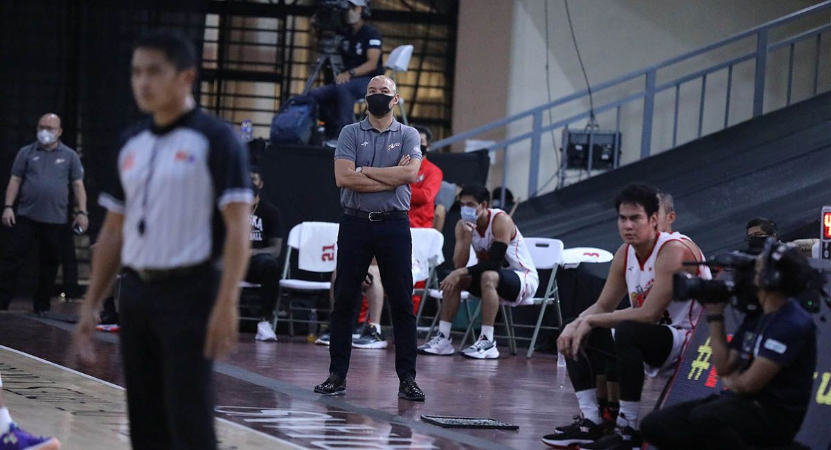 Alaska coach Jeff Cariaso coaching in a PBA game.