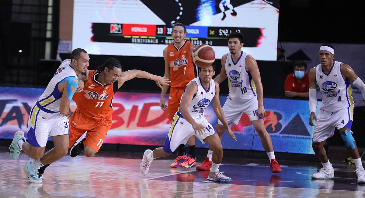 Magnolia's Paul Lee and Chris Newsome of Meralco tries to beat each other to the loose ball in Game 5.